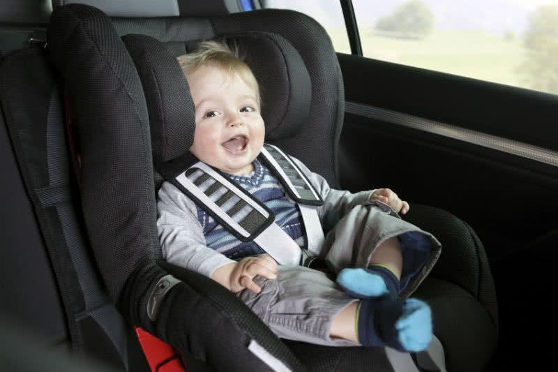Baby im Kindersitz im Leasing Auto