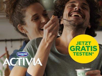 Mann und Frau lachend mit einer Activia Packung, Gratis Testen Button, links im Bild das Danone Activia Logo