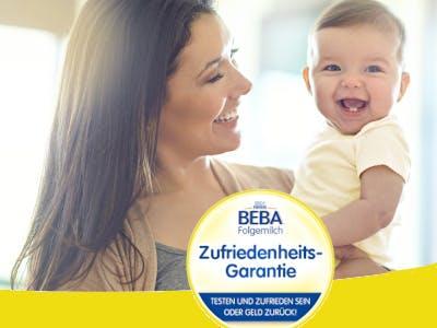 Frau mit Baby auf dem Arm, Aktionsbutton im unteren Bildbereich