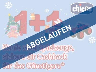 Hellblauer Hintergrund, oben rechts das Chicco Logo, darunter ein Spielzeugtrecker, links 1 + 1 in großen, roten Ziffern mit weihnachtlicher Stimmung, darunter die Aktionsbeschreibung