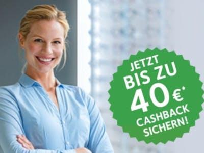 Frau lächelt vor grauem Hintergrund, rechts ein grüner Button: Bis zu 40€ Cashback