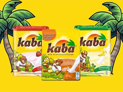 Gelbes Bild mit zwei Palmen links und rechts und dazwischen drei Kaba Packungen