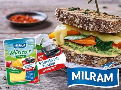 Milram Packung links im Bild, daneben das Milram Logo, darüber ein belegtes und zusammengeklapptes Brot, mittig ein kleines Bild vom Gewinn, dem Sandwichtoaster