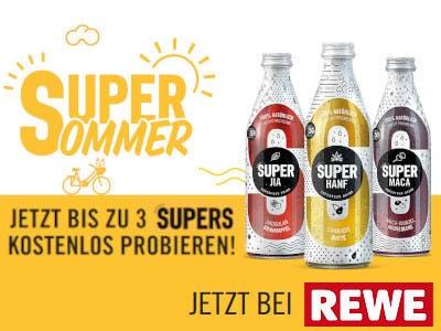 Hintergrund oben weiß unten gelb, 3 Flaschen SUPER, Gewinnspielslogan und REWE Logo unten rechts