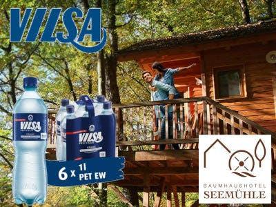 Wald, Baumhaus, Pärchen auf dem Balkon des Baumhauses, unten rechts das Logo vom Baumhaushotel Seemühle, oben links das Vilsa Logo und darunter eine Flasche und ein Sechserpack Vilsa Mineralwasser