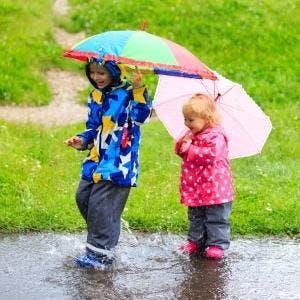 Sorgt für Spielspaß bei Nieselwetter: Regenkleidung für Kinder