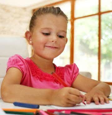 Die Schulausstattung für zu Hause: höhenverstellbarer Tisch und Stuhl