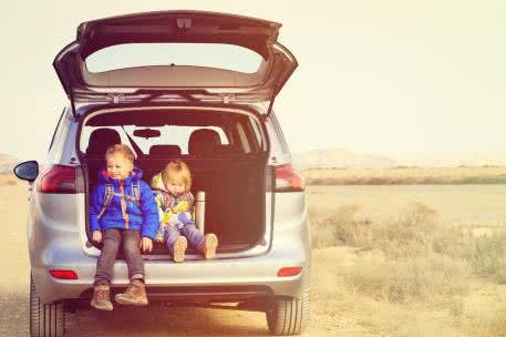 Kinder sitzen im Auto