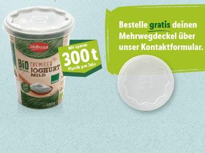 Man sieht einen Joghurtbecher auf dem der kostenlose Mehrwegdeckel zu sehen ist