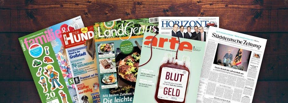 Gratis Zeitungen und Zeitschriften vor einem dunklen Hintergrund aus Holz