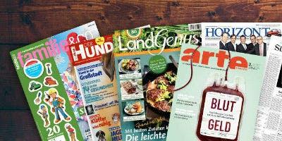 Kostenlose Zeitungen und Zeitschriften auf einem Holzhintergrund