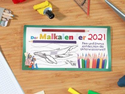Kostenloser Kinder-Malkalender liegt auf einem Tisch neben Buntstiften