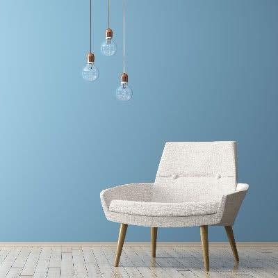 Kupferdeko und Möbel in Blau