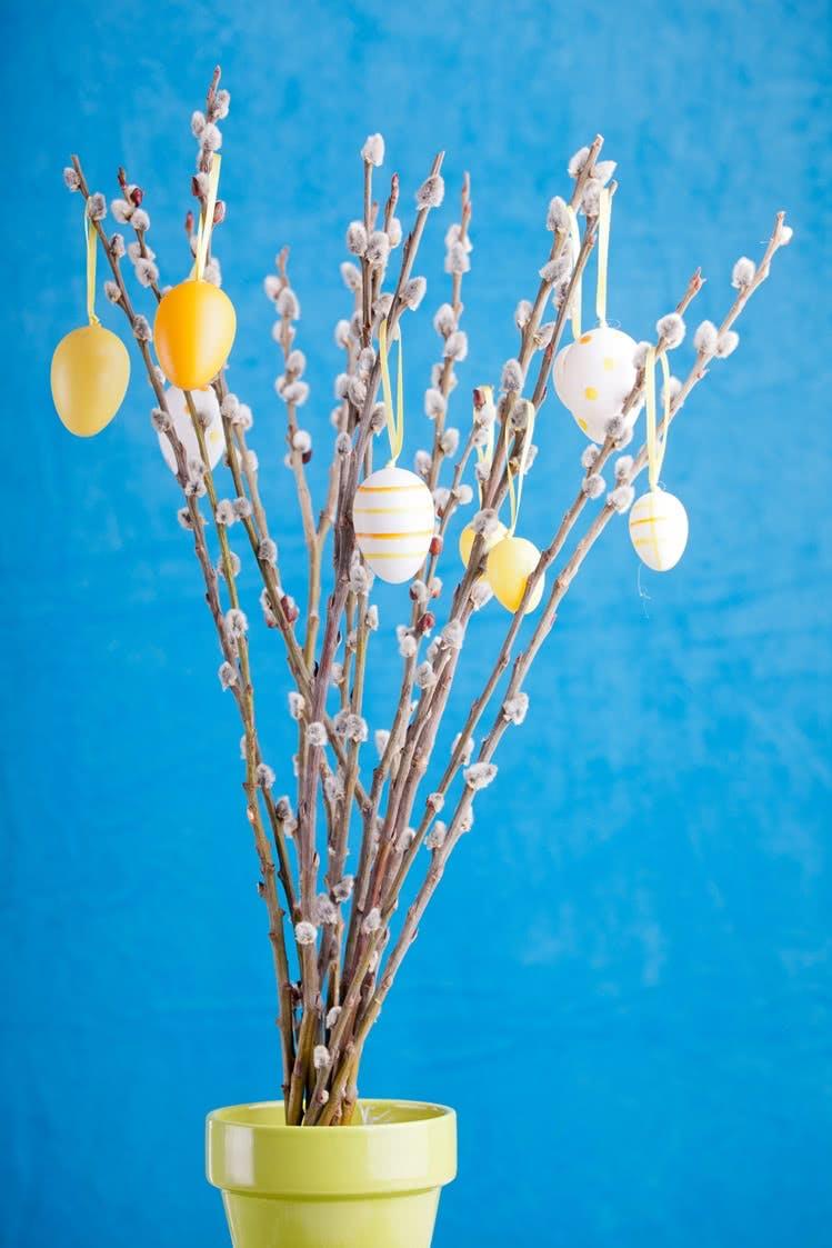 Einfache Bastelidee zu Ostern: geschmückter Osterstrauch
