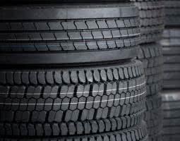 Die korrekte Reifenlagerung nach dem Reifenwechsel: Kompletträder auf einen Stapel, Reifen ohne felgen aufrecht an die Wand