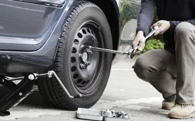 Das wichtigste Werkzeug zum Reifen wechseln: das Radkreuz