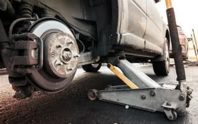 Jeder Reifenwechsel beginnt mit dem Aufbocken auf einen Wagenheber