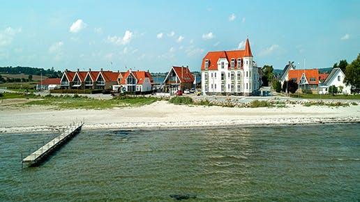 Ferienhäuser an einem See.