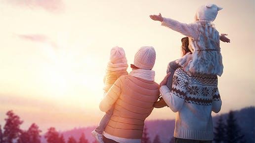 Eine glückliche Familie bei Sonnenaufgang.