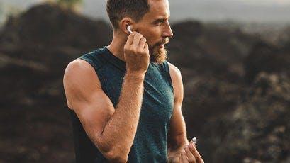 Mann mit Bluetooth-Kopfhörern
