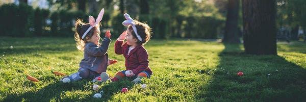 Kinder im Ostergarten