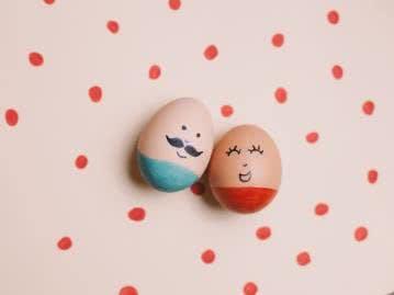 Lustige Idee für die Kleinen: Ostereier mit Gesichtern