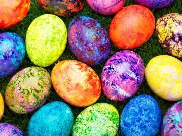 Gesprenkelte Eierschalen in verschiedenen Farben als ausgefallene Osterdeko