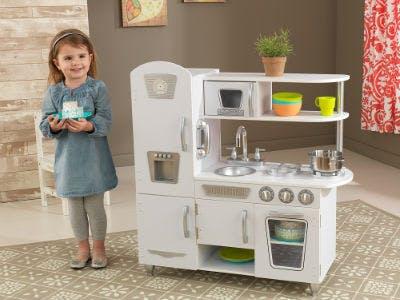 Spielküchen sind passende Weihnachtsgeschenke für Kinder im Kindergartenalter