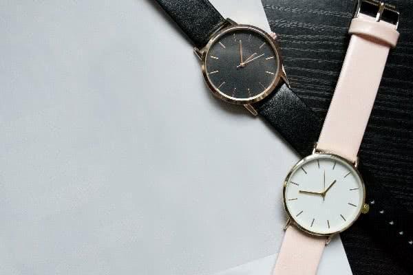 Schlichte Uhren in Schwarz und Rosa