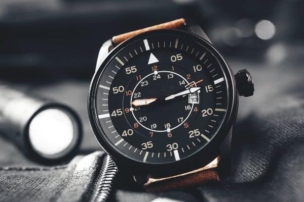 Schwarze Armbanduhren liegen voll im Trend