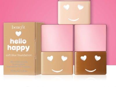 3 kleine Packungen Foundation mit Gesicht vor einem rosa Hintergrund