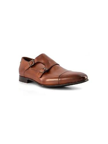 Braune Monkstrap-Schuhe auf weißem Hintergrund