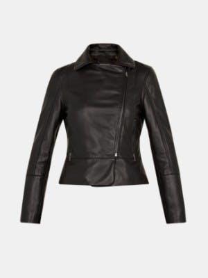 Schwarze Lederjacke auf weißem Hintergrund