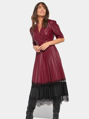Frau, die ein rot-schwarzes Kleid in Leder-Optik trägt