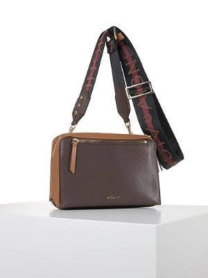 Tasche in Braun/Nougat vor weißem Hintergrund