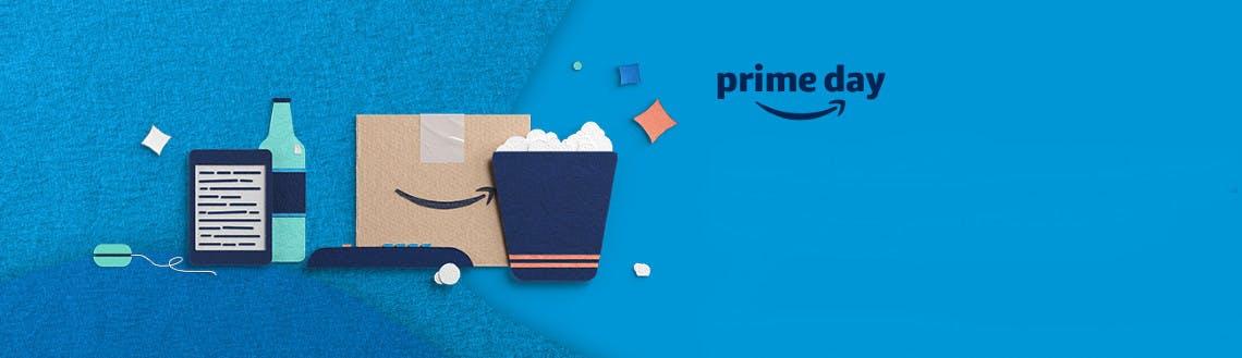 Kindle, Flasche und Amazon Paket auf blauem Hintergrund