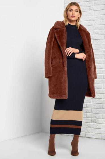 Shoppe jetzt den Mantel aus Fellimitat