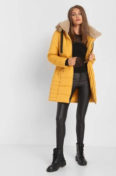 Der perfekte Mantel für den Herbst: der gelbe Steppmantel
