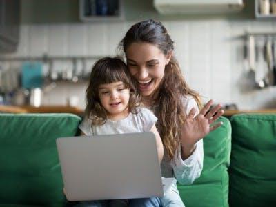 Verbring Zeit mit deiner Mama bei einem Videocall!