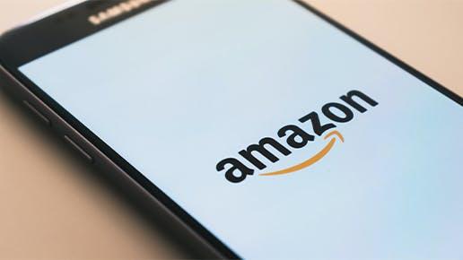 Ein Handy mit einem Amazon-Log, das auf einem Tisch liegt