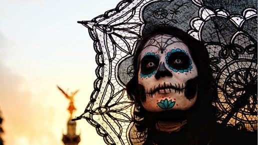 Eine Frau mit Día de los Muertos Gesichtsschminke