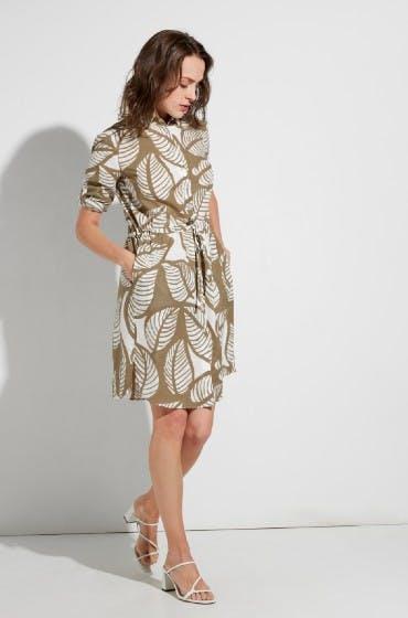 Das Hemdblusenkleid von ETERNA hat den passenden Schnitt für kleine, zierliche Frauen.