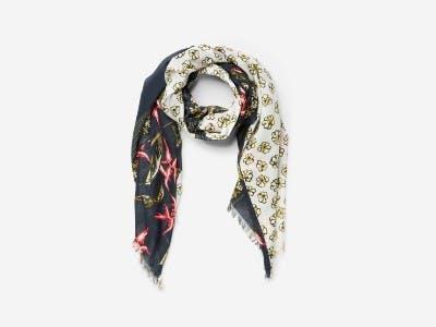 Ein schmaler Schal streckt den Körper.