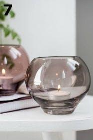 Tischlichter aus Glas sind sowohl schick als auch nützlich.