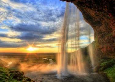 Ein malerischer Wasserfall vor dem Sonnenuntergang