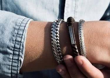 Es gibt auch schöne Armbänder bei Shop-Juwelier.de.