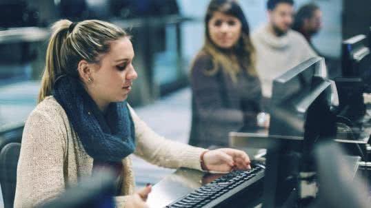 Junge Frau Computer